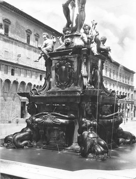 ACA-F-037828-0000: La base della fontana del Nettuno a Bologna, opera del Giambologna, 1920-1930 ca., Archivi Alinari, Firenze;